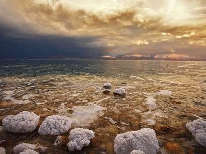 A 424 metros abaixo do nível do mar, a costa do Mar Morto é o ponto mais baixo da Terra Foto: Getty Images