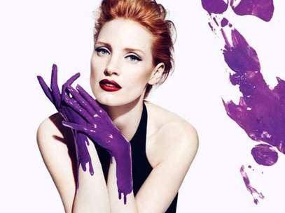 A atriz aparece no papel de uma artista plástica e, por isso, suas mãos estão cobertas por uma tinta roxa, mesmo tom usado no frasco do perfume Foto: Divulgação