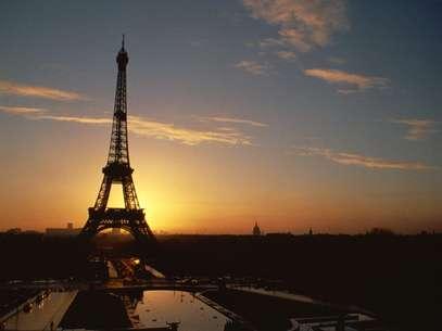 Os casais que aspiram se beijar sob um dos símbolos do romantismo nem imaginam por qual motivo a Torre Eiffel foi erguida? Foto: Getty Images