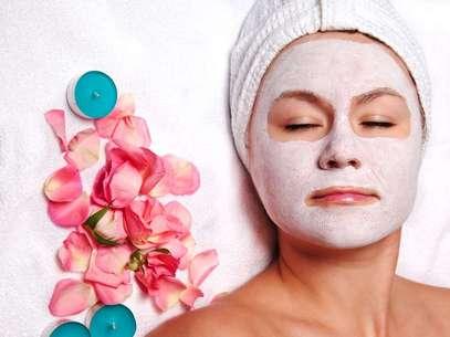 Máscara feita com água de rosas e mel impede o aparecimento de rugas e melhora a textura da cútis Foto: Shutterstock