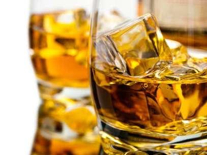 O mixologista Lelo Forti explica que a idade e a experiência do apreciador determinam a forma e o tipo de bebida que será consumida.  Foto: Getty Images