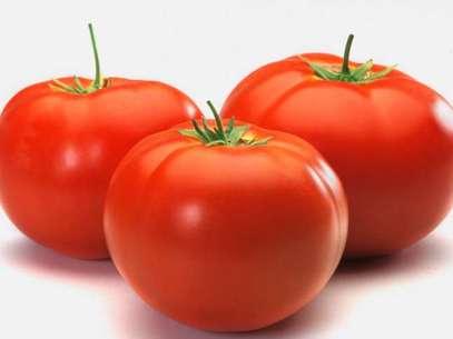 Além de ter poucas calorias, o tomate protege a pele contra os raios infravermelhos, previne contra certos tipos de câncer e diminui o colesterol Foto: Getty Images