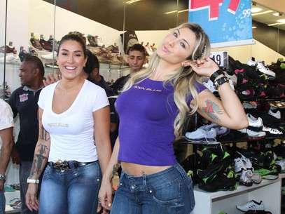 Jaque Khury e Dani Bolina mostraram que estão em plena forma, com calça jeans ajustada ao corpo Foto: Thais Aline / AgNews