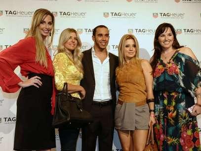 Ao lado de famosas, Lewis Hamilton posou para fotos durante inauguração da TAG Heuer Foto: Francisco Cepeda / AgNews