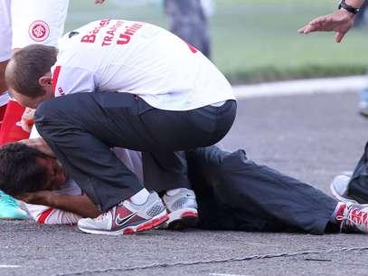 Gallo é socorrido após ser atingido por rojão no último Gre-Nal do Estádio Olímpico Foto: Gustavo Granata/ Agif / Gazeta Press