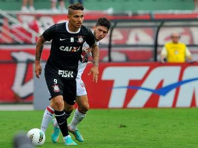 Guerrero abriu o placar para o Corinthians, contra o São Paulo, mas deixou gramado do Pacaembu machucado Foto: Edson Lopes Jr / Terra