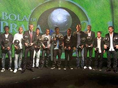 Além de melhor jogador do Brasileiro, meia Ronaldinho também conquistou Bola de Prata Foto: Divulgação