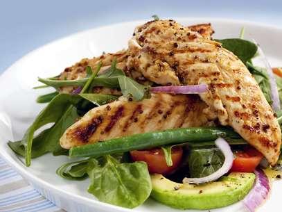Alimentos ricos em proteína, como frango, peixe e clara de ovo, ajudam a acelerar o metabolismo Foto: Getty Images