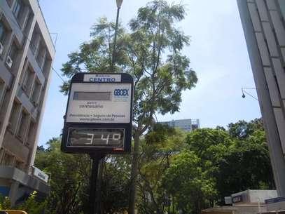 No meio da manhã desta terça-feira, termômetro de rua na praça da Alfândega, no centro de Porto Alegre, já marcava 34°C Foto: Lucas Rohãn / Especial para Terra