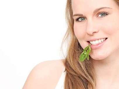 Para dar uma ajuda à escova, fio dental e limpador de língua contra a halitose, vale cuidar da alimentação. A nutricionista funcional Christiane Vitola dá as dicas Foto: Shutterstock