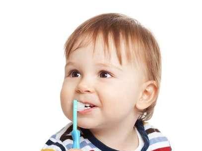 Quanto antes houver o contato com a higiene oral, melhor será para a criança adquirir o hábito da escovação. Isso pode ser feito antes mesmo dos primeiros dentinhos nascerem. Foto: Shutterstock