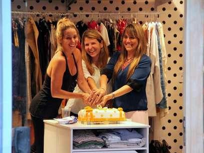Em meio às peças de roupa, a atriz celebrou o primeiro mês de existência da sua própria loja Foto: Marcus Pavão / AgNews
