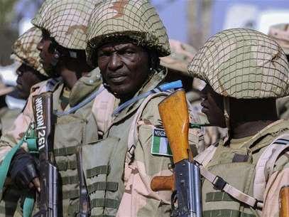 Soldados do Exército nigeriano se preparam para viajar ao Mali, no centro de manutenção de paz do Exército nigeriano, em Jaji, perto de Kaduna, na Nigéria, nesta quinta-feira. 17/01/2013 Foto: Afolabi Sotunde / Reuters