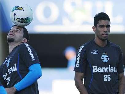 Zagueiro Vilson (à dir.) foi afastado do elenco gremista Foto: Edu Andrade/Grêmio / Divulgação