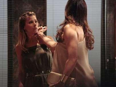Lívia (Claudia Raia) age rápido ao ser reconhecida e mata Jéssica (Carolina Dieckmann) Foto: TV Globo / Divulgação