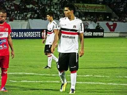 Philco precisou passar por período de testes no Arruda, mas já estreou marcando pelo Santa Cruz Foto: Jamil Gomes/Santa Cruz / Divulgação