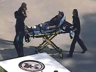 Imagens aéreas exibidas pela televisão local mostram um ferido sendo levado para uma ambulância  Foto: AP