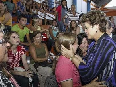 A presidente do Brasil, Dilma Rousseff (direita), consola parentes das vítimas de um incêndio que ocorreu na Boate Kiss na cidade de Santa Maria, 350 quilômetros a oeste de Porto Alegre. 27/01/2013 Foto: Roberto Stuckert Filho / Reuters