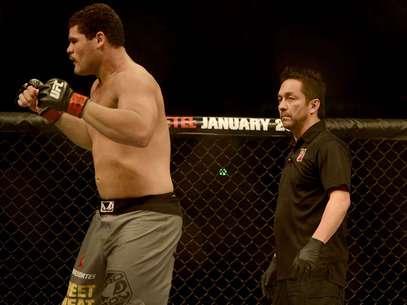Mário Yamasaki arbitra luta entre Ildemar Alcântara e Wagner Caldeirão no UFC São Paulo Foto: Ricardo Matsukawa / Terra