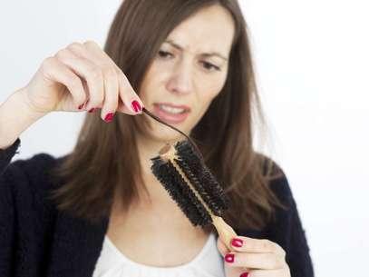 A perda de cabelos normalmente está associada a alterações hormonais, mais comuns na menopausa Foto: Getty Images