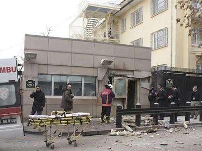 Policiais inspecionam local após explosão diante da embaixada dos EUA em Ancara, na Turquia Foto: Ihlas News Agency / Reuters
