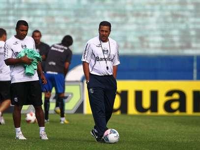 Luxemburgo sorteou relógios no voo do Grêmio Foto: Grêmio FBPA / Divulgação