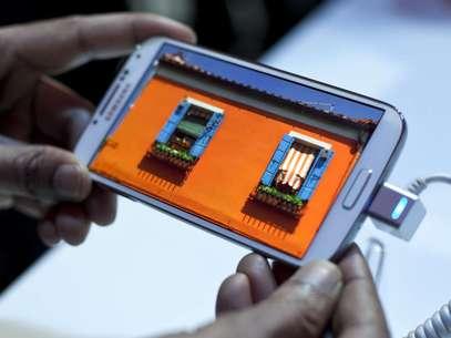 Samsung Galaxy S4 conta com recursos de software como navegação por gestos e controle pelo olhar Foto: Getty Images