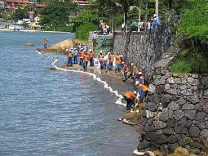 Trabalhos de contenção realizados nas praias da região central da cidade na manhã deste sábado Foto: Prefeitura de São Sebastião / Divulgação