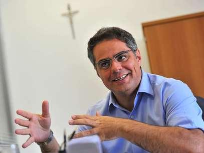 Bem-humorado, Leonardo Macial diz que trabalha com uma 'foto do Papa e um calmante na gaveta' Foto: Daniel Ramalho / Terra