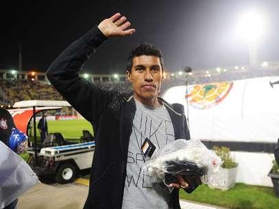 Antes do jogo, volante Paulinho se despediu da torcida do Corinthians; meio-campista reforça o Tottenham no segundo semestre Foto: Ricardo Matsukawa / Terra