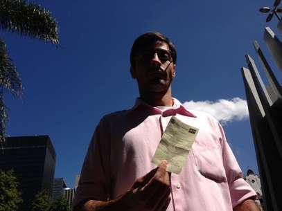 O vendedor Felipe mostra a infração de R$ 157 e diz que vai recorrer Foto: Terra / André Naddeo
