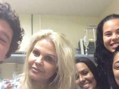 Monique com a equipe do hospital onde ficou internada Foto: Instagram / Reprodução