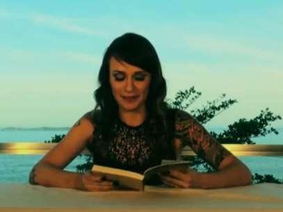 Bianca se diverte enquanto realiza a leitura Foto: YouTube / Divulgação