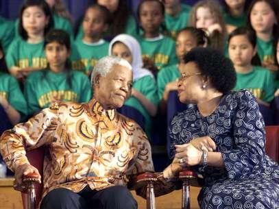 Mandela e Winnie Madikizela-Mandela, após a saída do líder da prisão, na Cidade do Cabo Foto: AP