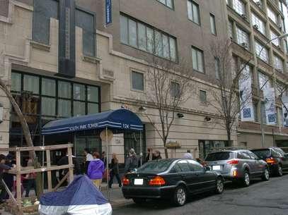 Movimentação em frente ao prédio do qual um pai atirou seu filho antes de cometer suicídio Foto: AP