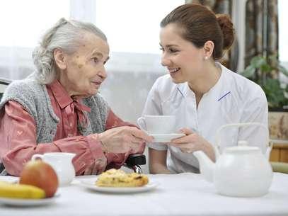 Cuidar da alimentação dos idosos é uma das principais funções dos cuidadores Foto: Getty Images