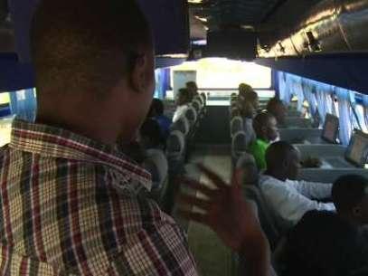 Ônibus com salas de aula circulam pelo país ensinando informática à população rural Foto: BBCBrasil.com