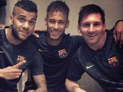 Neymar com Daniel Alves e Adriano junto a Messi no Barcelona: adaptação Foto: Instagram / Reprodução
