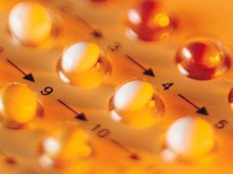 Pastillas anticonceptivas: Este método se basa en el uso de hormonas sintéticas similares a las producidas por la mujer. Se debe de tomar por vía oral diariamente y a la misma hora. Además de evitar embarazos no deseados, coadyuva en la prevención de cánceres como el del ovario o endometrio y posee una eficacia del 99% aproximadamente.