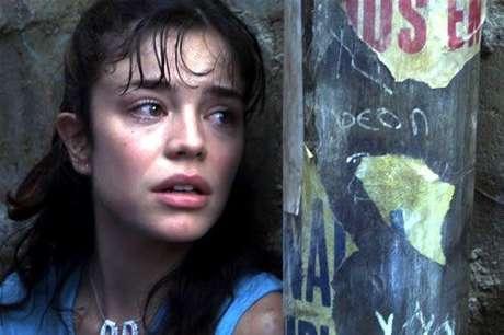 """""""Rosario Tijeras"""". La trama toma lugar en las comunas de Medellín y narra la historia de """"Rosario"""", una mujer echada para adelante que se ve inmersa en el mundo de los sicarios."""