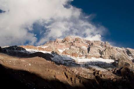 El senderismo es una travesía que dura varios días por escenarios naturales increíbles. Quienes lo practican realizan recorridos, que en general están preestablecidos, con equipos especiales para atravesar distintos tipos de paisajes y soportar los climas más complejos. Esta foto pertenece al Aconcagua.