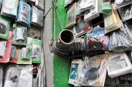 Algunos comerciantes aprovechan las tomas para montar en ellas su mercancía.