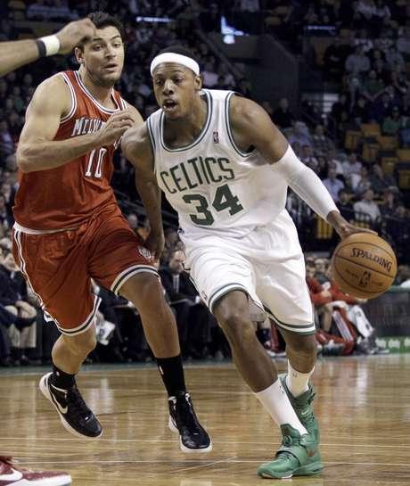 Paul Pierce, derecha, se le escapa al argentino Carlos Delfino de los Bucks de Milwaukee durante la primera mitad del partido que los Celtics ganaron 102-96 el miércoles 29 de febrero de 2012 en Boston.