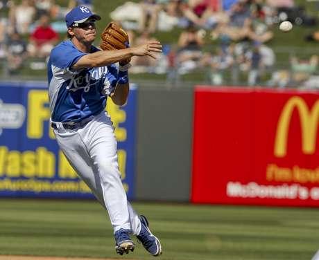 El segunda base Chris Getz de los Reales de Kansas City lanza tras fildear una roleta de Mat Gamel de los Cerveceros de Milwaukee en un partido de pretemporada, el viernes 16 de marzo de 2012 en Surprise, Arizona.