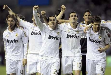 Los jugadores del Real Madrid festejan tras ganar el título de la liga española el miércoles, 2 de mayo de 2012, en Bilbao.