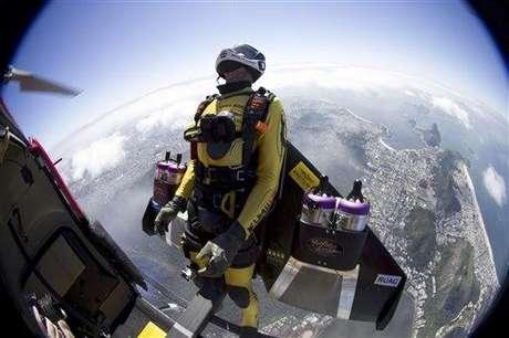 Yves Rossy es más conocido como 'Jetman', el hombre que es capaz de volar como un pájaro, a motor. En su última travesía, voló por Rio de Janeiro, a 1.200 metros de altura y hasta 300 kilómetros por hora. Quien pudiera...