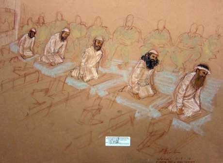 En una foto del bosquejo de la dibujante Janet Hamlin, aprobado por el Departamento de Defensa, se ve a los acusados,  Mustafa Ahmad al-Hawsawi, Ammar al Baluchi, Ramzi Binalshibh,  Walid bin Attash y Khalid Sheikh Mohammed mientras oran durante la audiencia de encausamiento en la prisión de Guantánamo, Cuba, el sábado 5 de mayo del 2012.
