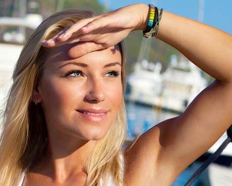A luteína - antioxidante natural que reduz os efeitos dos radicais livres -  proporciona um efeito fotoprotetor contra a radiação solar e artificial, além de aumentar significativamente a hidratação e a elasticidade da pele Foto: Shutterstock