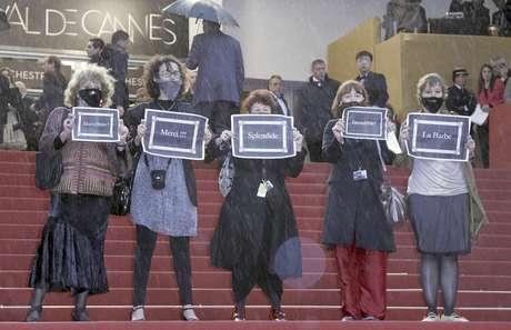 """Activistas del grupo feminista """"La Barba"""" protestan en el Festival de Cine de Cannes, el domingo 20 de mayo de 2012, por la ausencia de mujeres cineastas en el festival."""