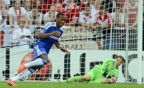 Didier Drogba anota el penal definitivo en la final de la Champions.  AFP PHOTO / PATRIK STOLLARZ        (Photo credit should read PATRIK STOLLARZ/AFP/GettyImages)
